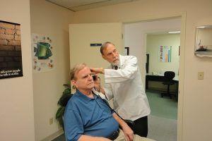 La pérdida auditiva puede influir en la pérdida de memoria