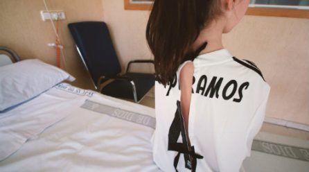 Camisetas de fútbol convertidas en batas de hospital