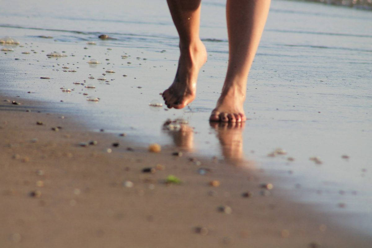 Andar descalzo tiene muchos beneficios para la salud